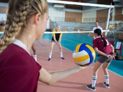Mädchen spielen Volleyball